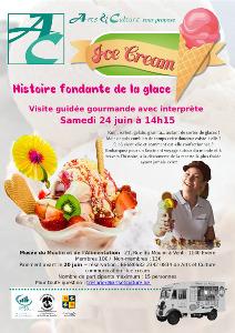 L'affiche avec une belle coupe de crème glacée et des fraises et des tranches de kiwi