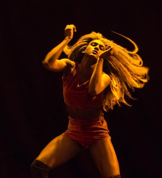 danseuse sous un éclairage orangé