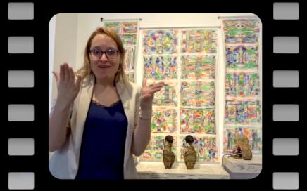 Dans le musée, Isabelle explique le lien entre 2 oeuvres en langue des signes